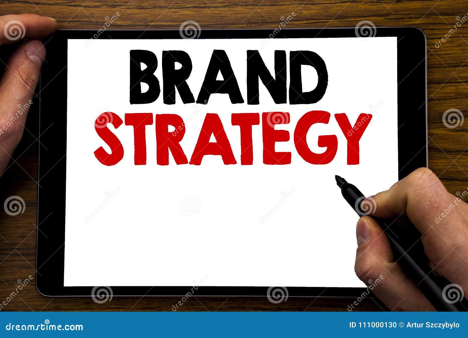 Texto do anúncio da escrita que mostra a estratégia do tipo Conceito do negócio para o plano de mercado da ideia escrito no portá