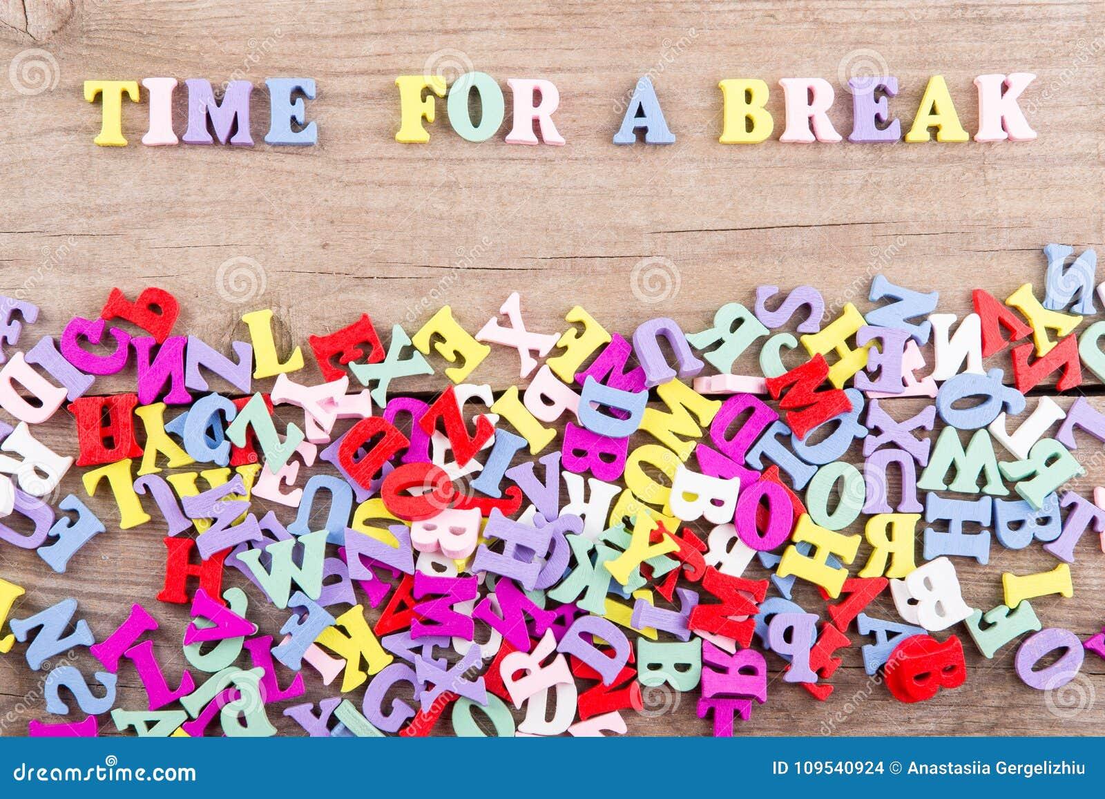 """Textotez la """"heure pour une coupure """"des lettres en bois colorées"""