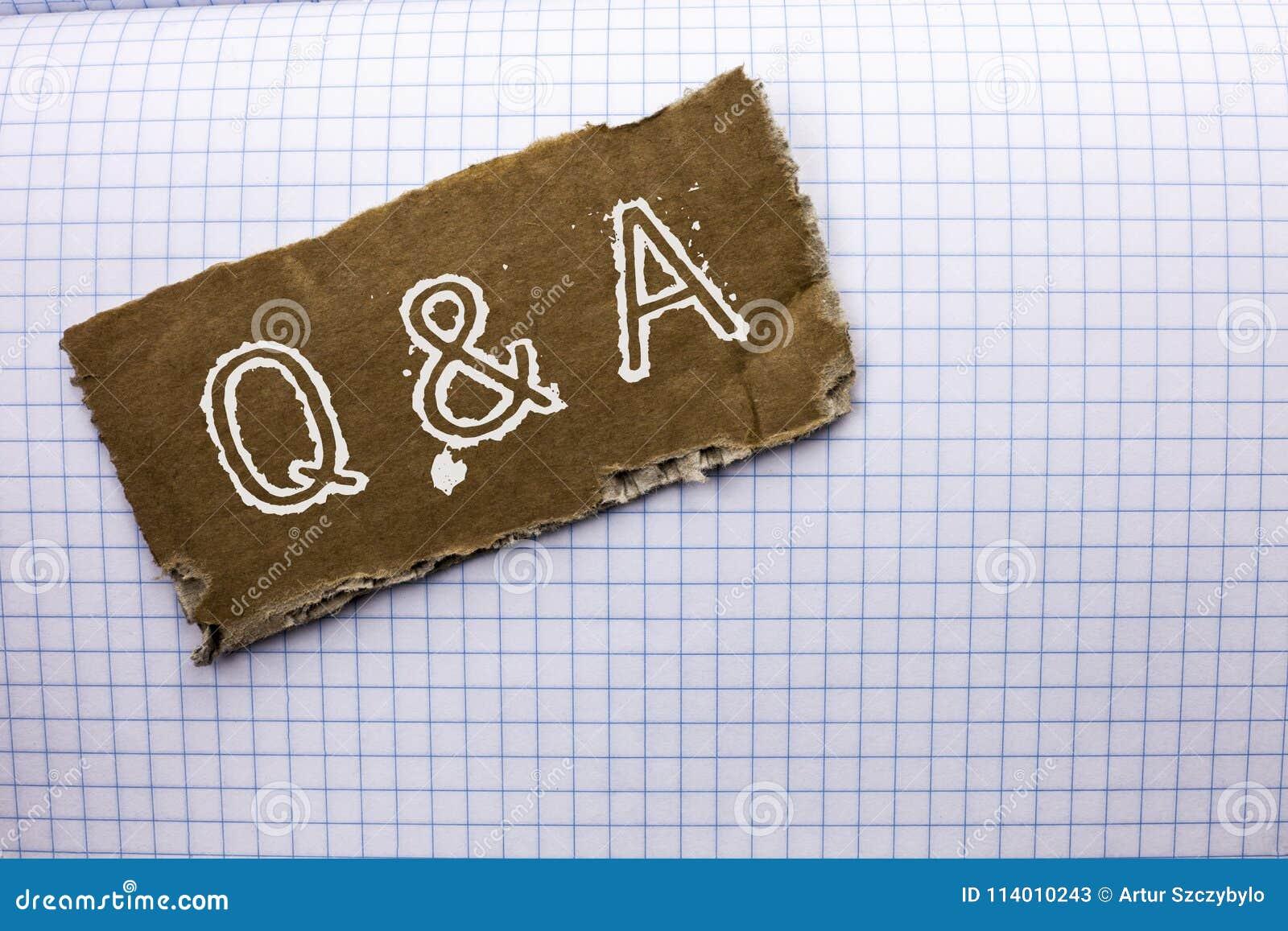 Texttecken som visar Q A Det begreppsmässiga fotoet frågar vanligt Faq frågad frågehjälp som löser tvivelfrågaservice som är skri