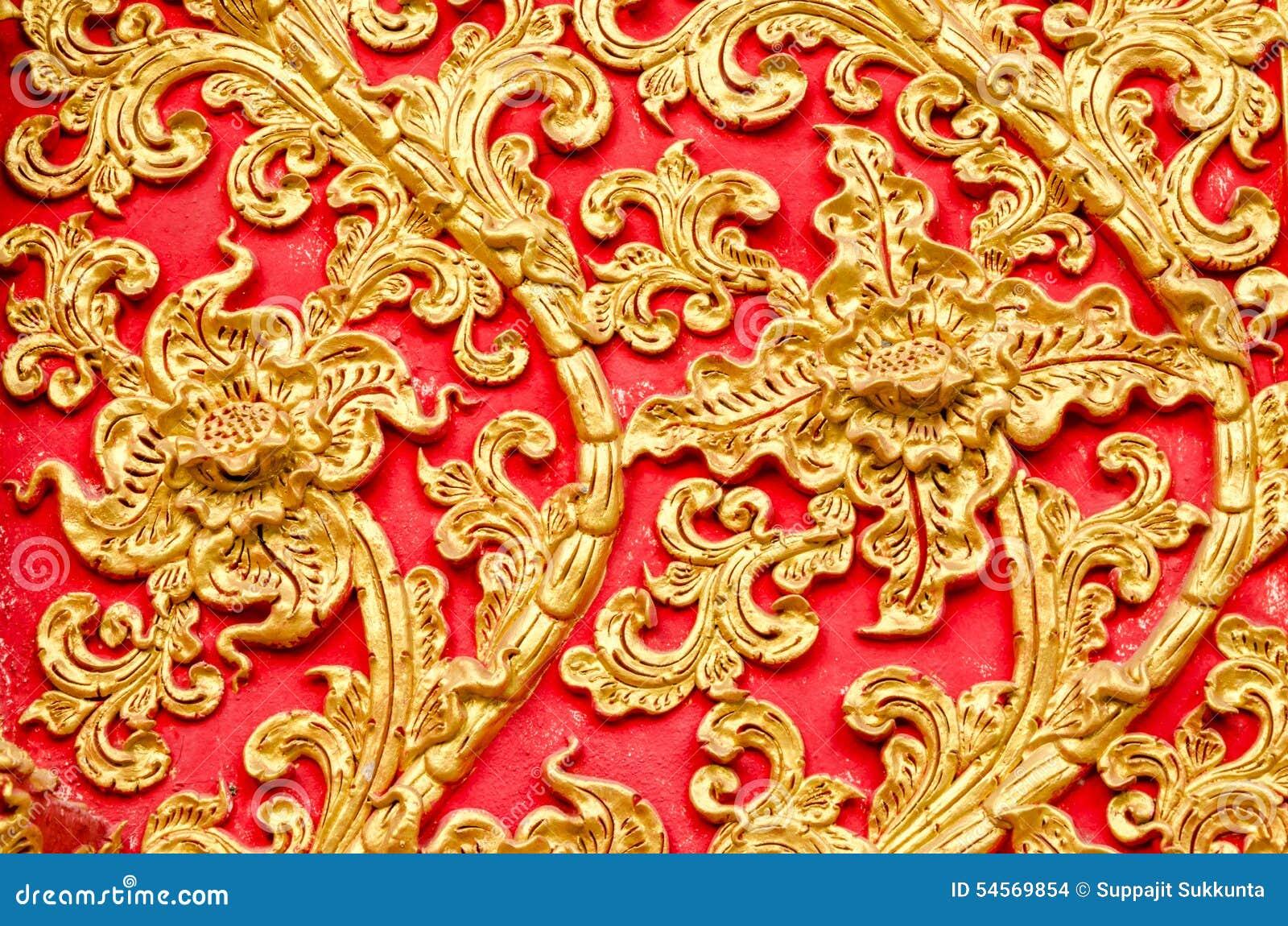 Textur av det guld- färgträdet för stuckatur på Wat Prathat Lampang Luang