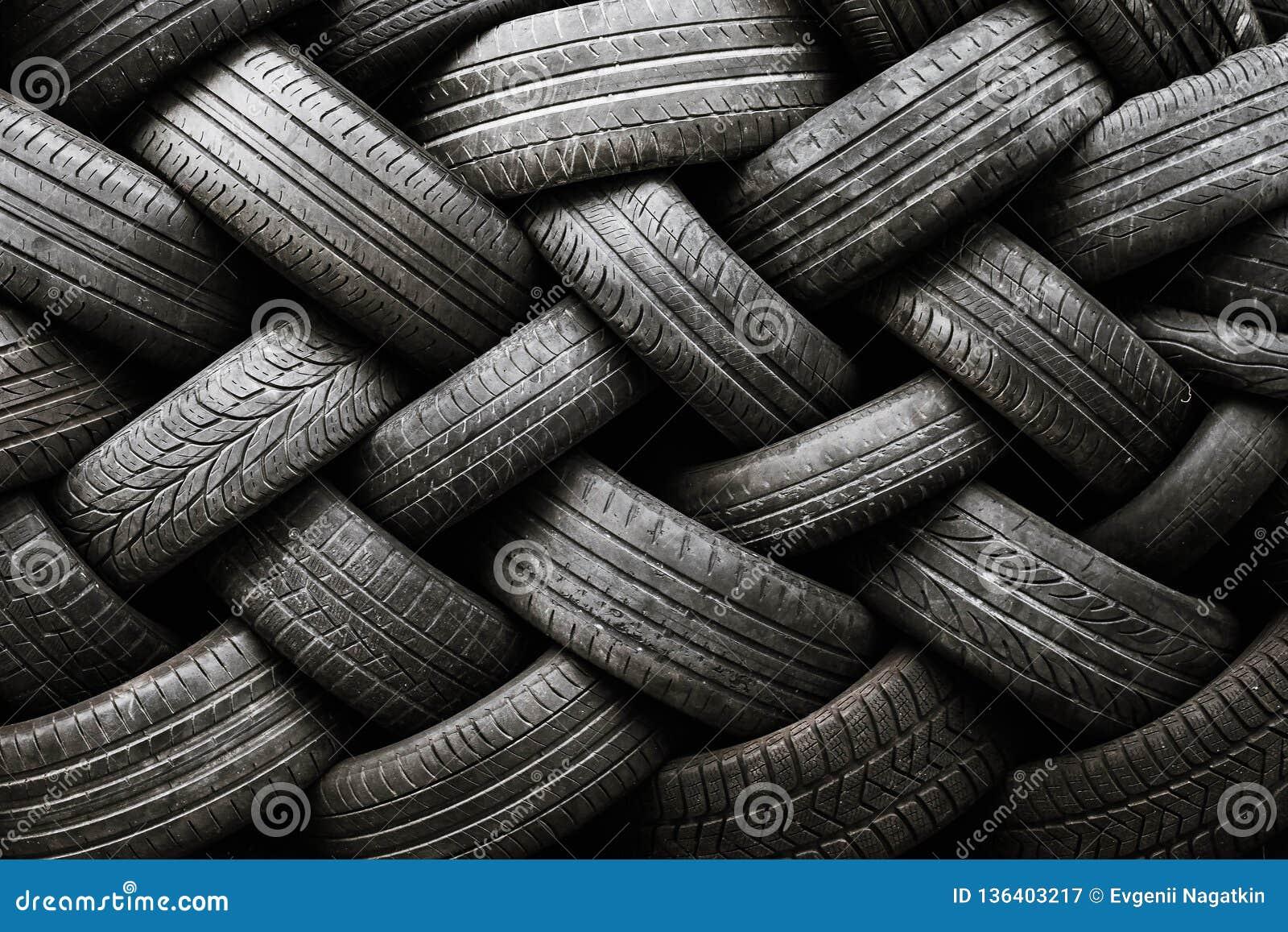 Textur för bilgummihjul Bilgummihjul på en mörk bakgrund