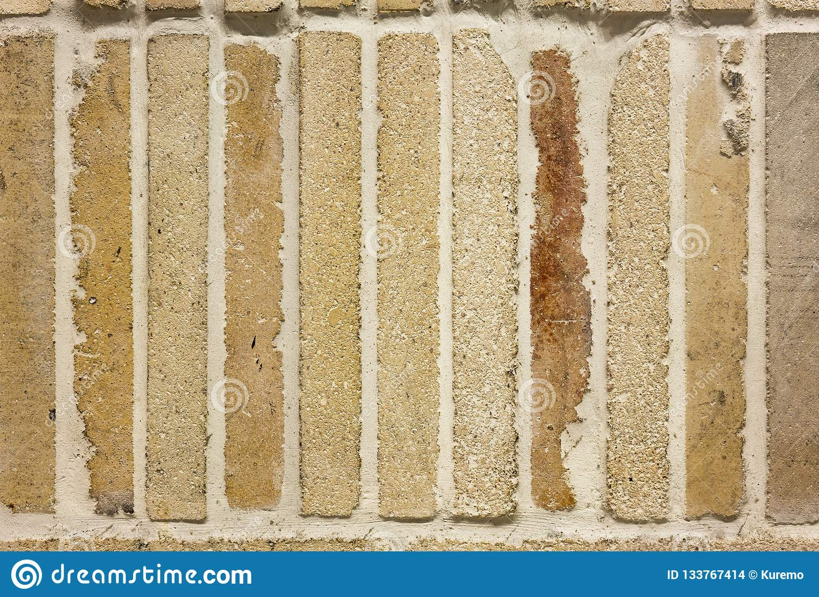 Textura da ressaca urbana de pedra amarela do fundo da parede de tijolo do vintage