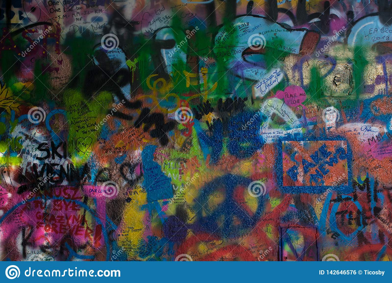 Textura de la pintada de Colorfull de la pared de John Lennon en la República Checa de Praga