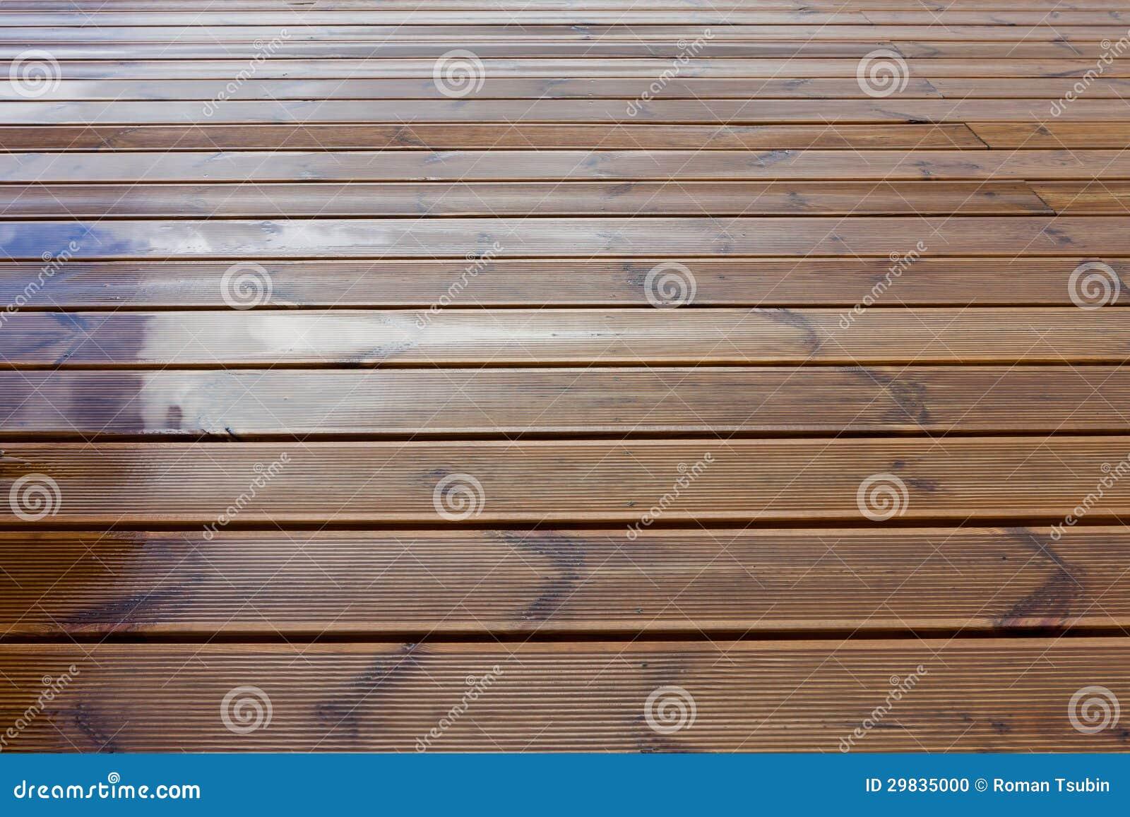 Piso de madera de la terraza mojada foto de archivo - Piso madera terraza ...