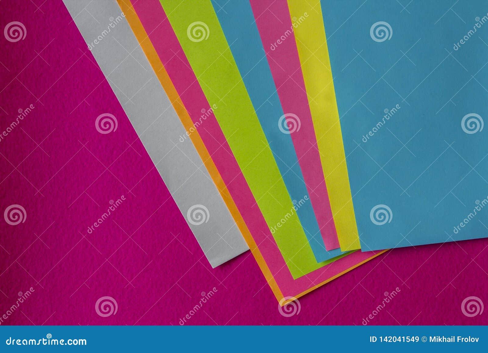 Textura de poucas folhas do papel colorido e do fundo fúcsia