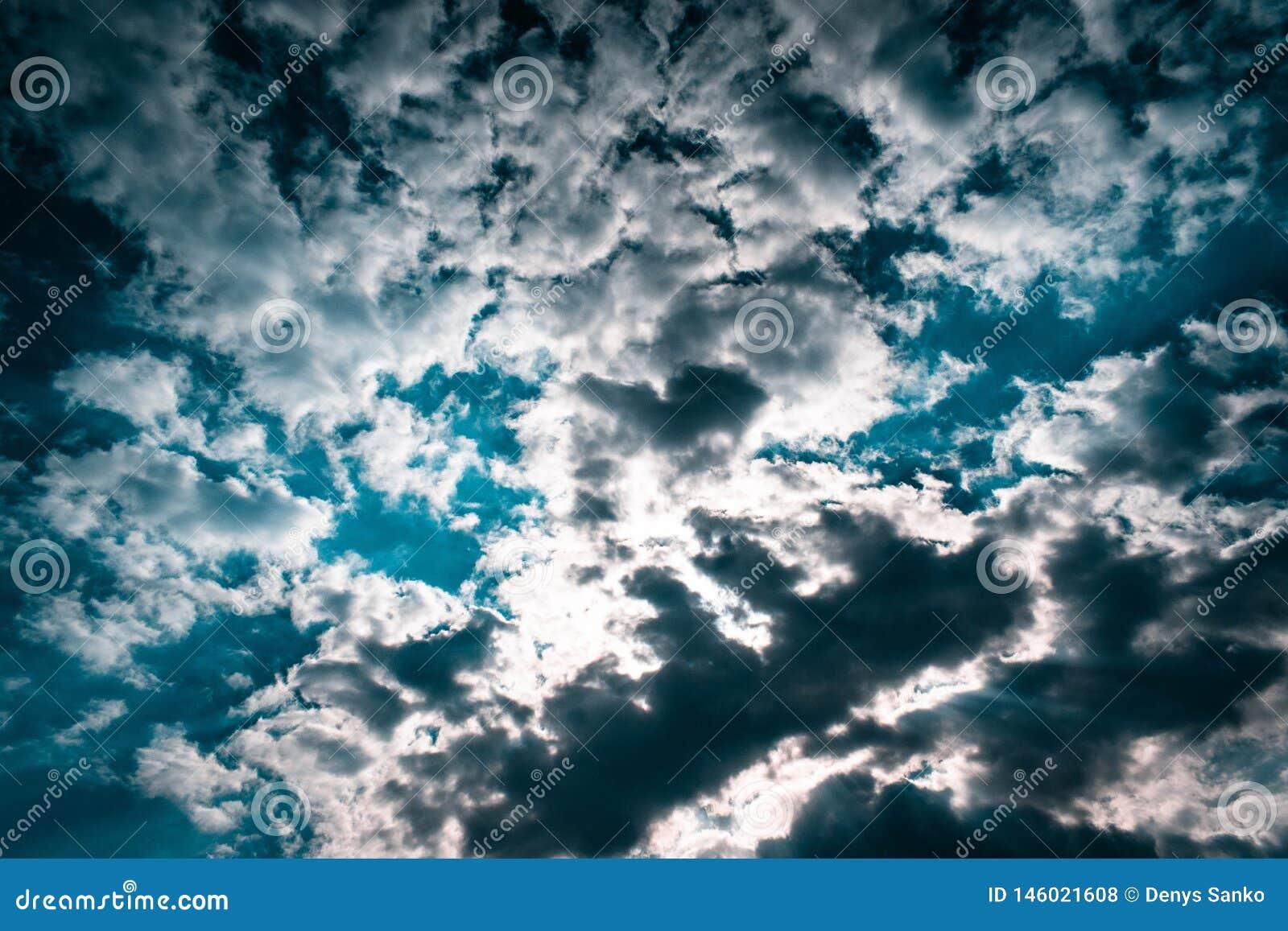 Textura do c?u azul com nuvens sombrios Papel de parede do projeto com espa?o para o texto