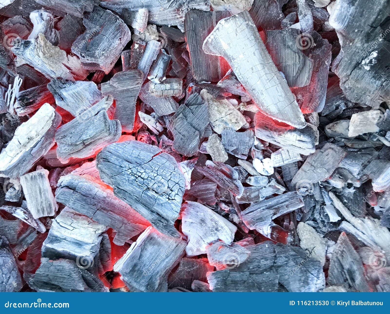 Textura do carvão vegetal de incandescência encarnado quente preto das folhosa das árvores