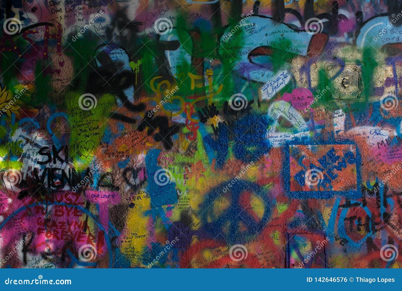 Textura dos grafittis de Colorfull da parede de John Lennon na república checa de Praga