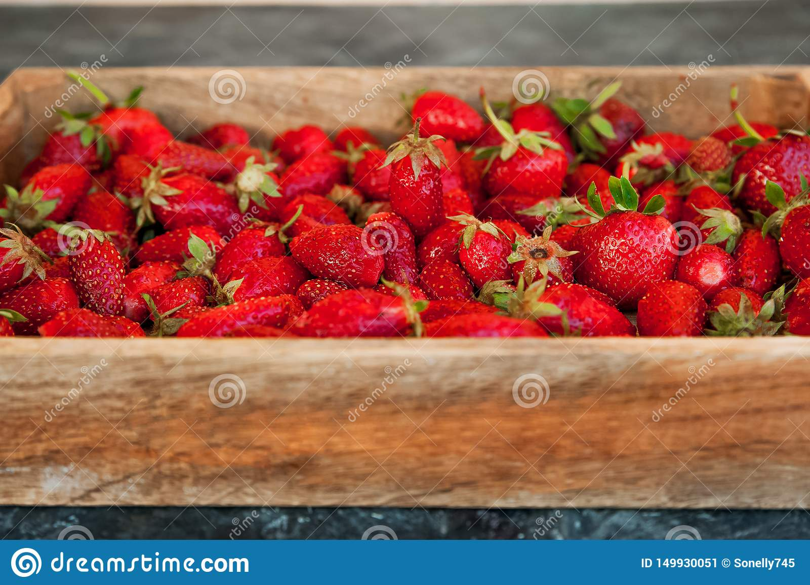 Textura natural de fresas maduras Bandera de fresas en un espacio del primer y de la copia de la caja de madera