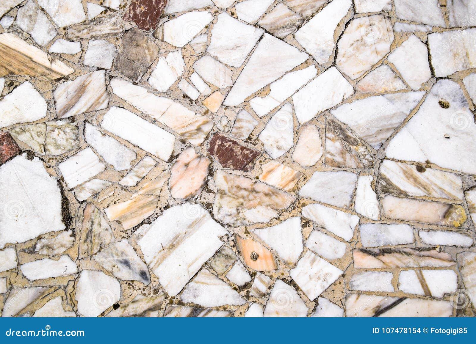 Texturbakgrund av stengolvet Stycken av marmor i cement
