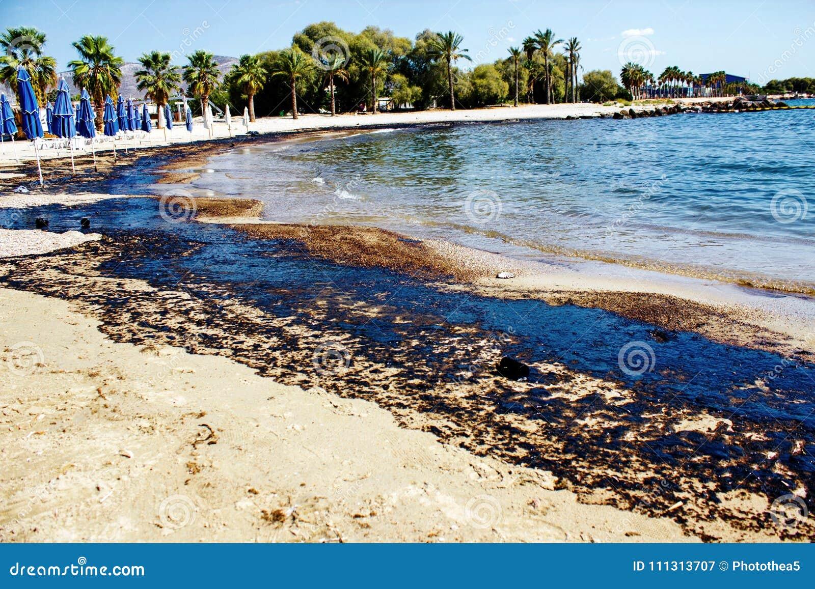 Texture de flaque de pétrole brut sur la plage de sable de l accident de flaque d huile, baie d Agios Kosmas, Athènes, Grèce, le