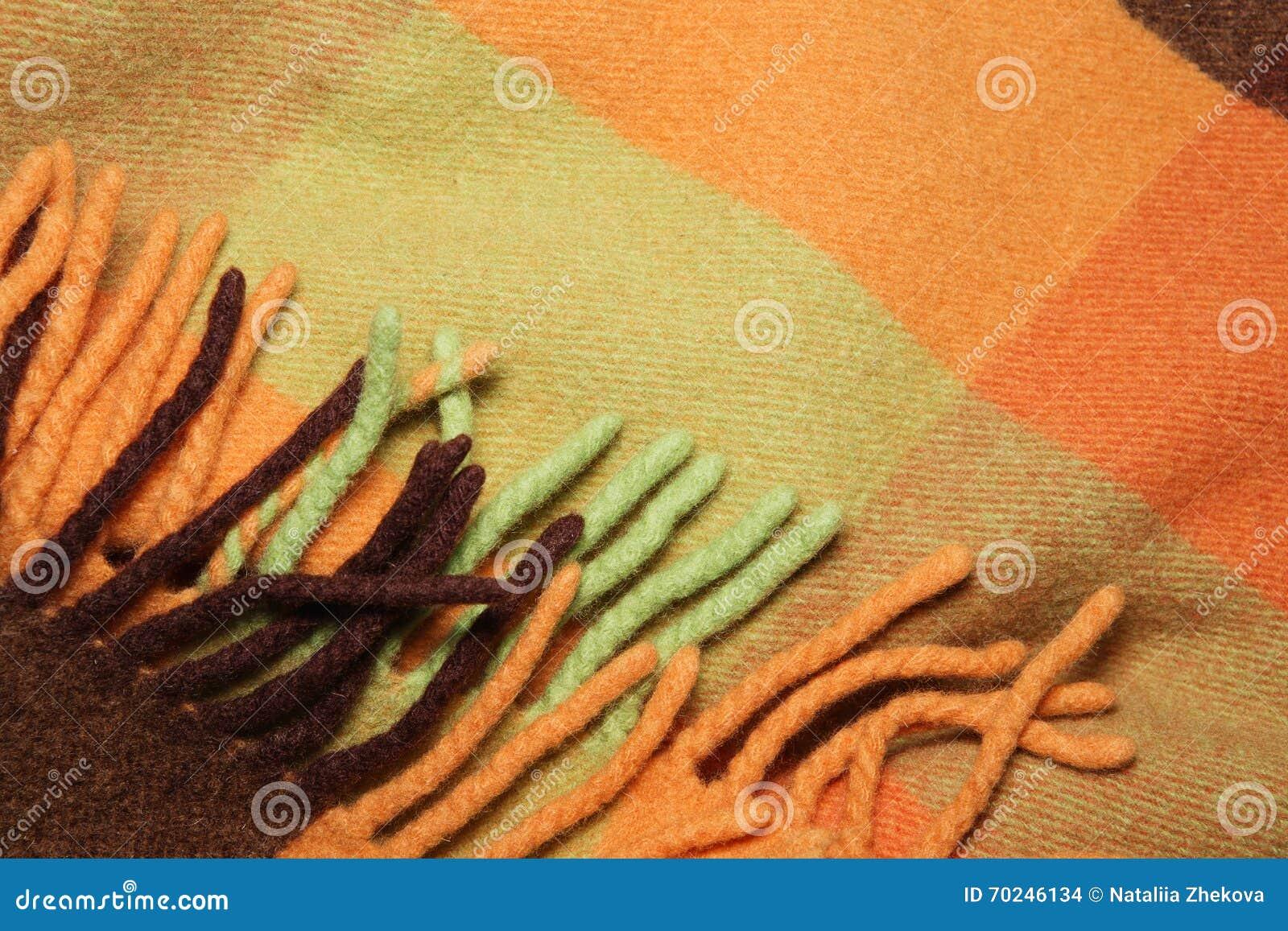 Couverture pliée molle et chaude de laine d alpaga avec la frange Tir vert  et orange de macro de texture de plaid de laine Texture de plaid de laine  avec la ... d5ea4f259fa