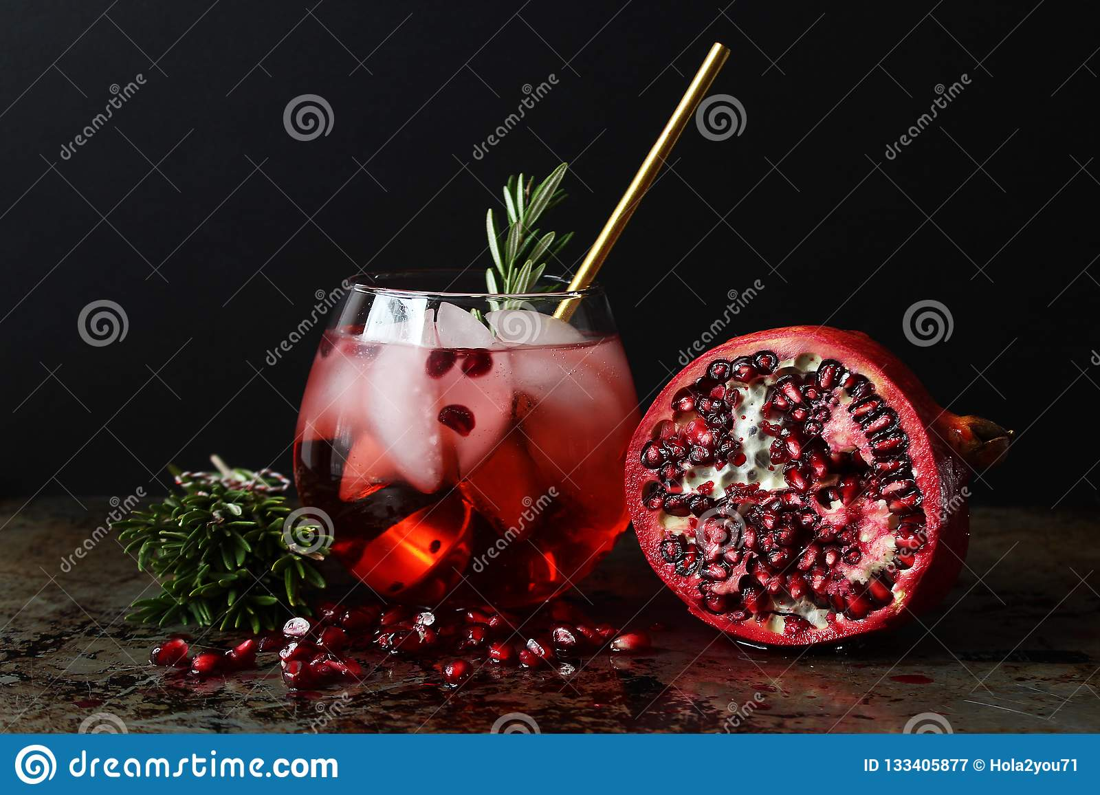 Textures effacées de cocktail d isolement au-dessus du verre à vin de blanc de grenade