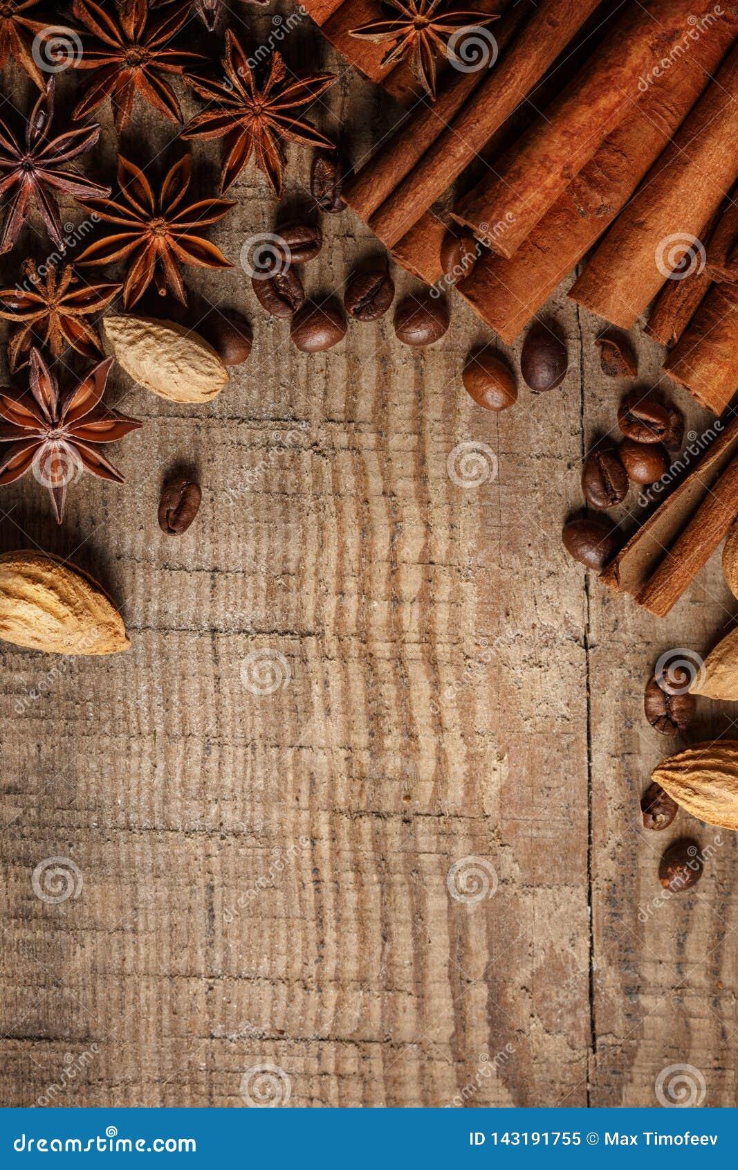 Textuur die koffiebonen, chocolade, kaneel en kruidnagels morsen Hoogste mening De ruimte van het exemplaar