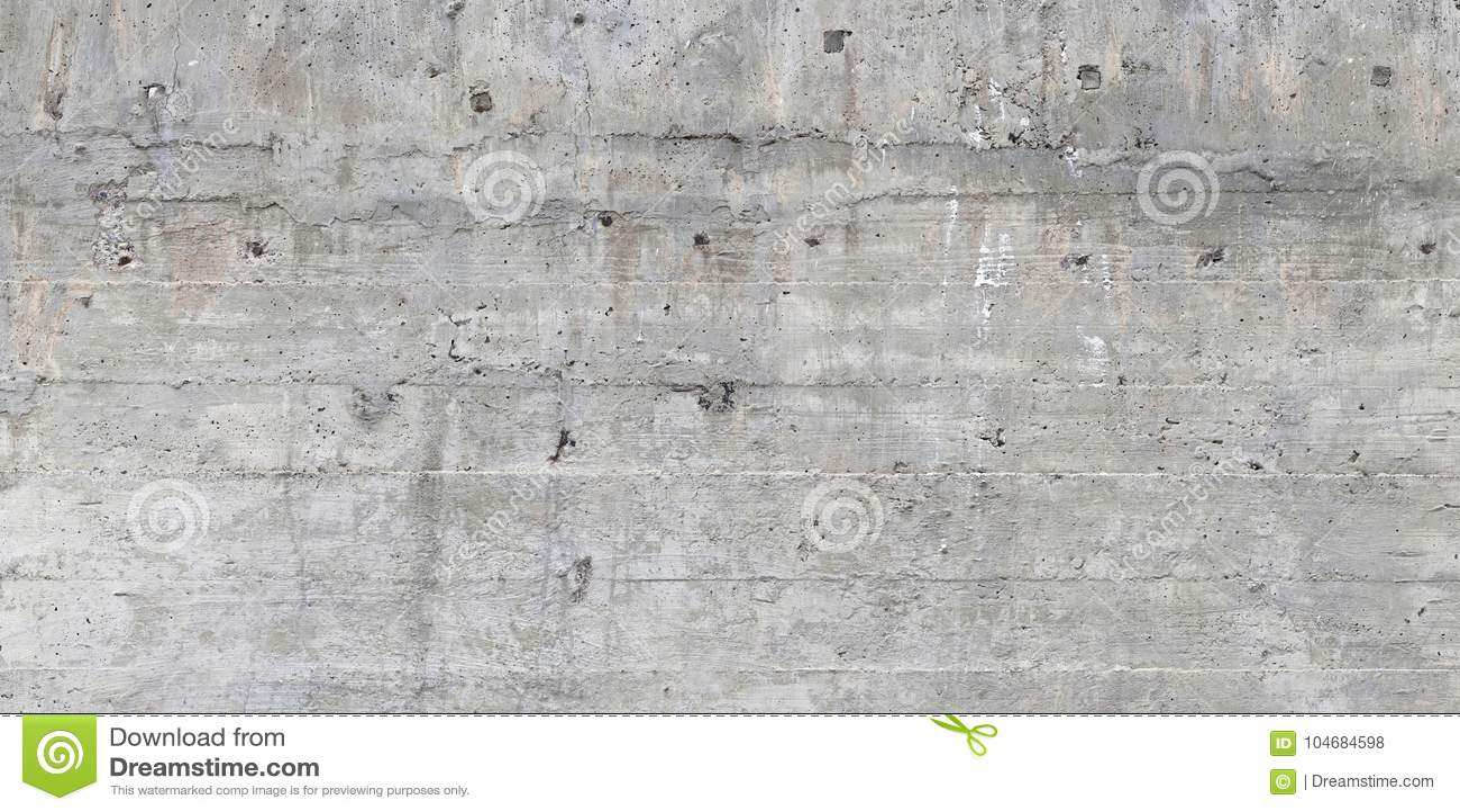 Textuur van houten die bekisting op een ruwe concrete muur wordt gestempeld