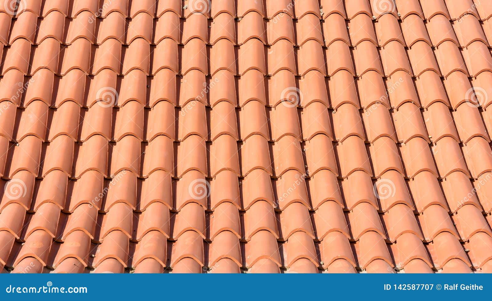 Textuur van oranje daktegels van een nieuw dak