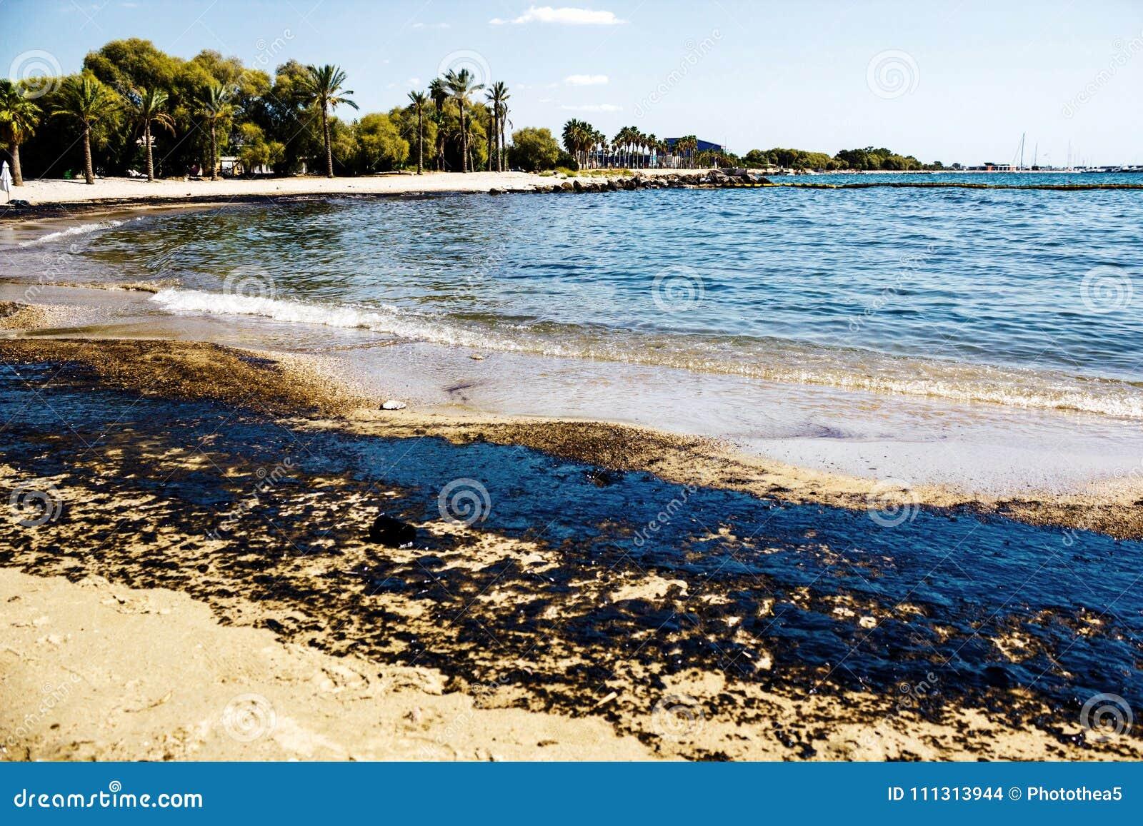 Textuur van ruwe oliemorserij op zandstrand van het ongeval van de oliemorserij, Agios Kosmas-baai, Athene, Griekenland, 14 Septe