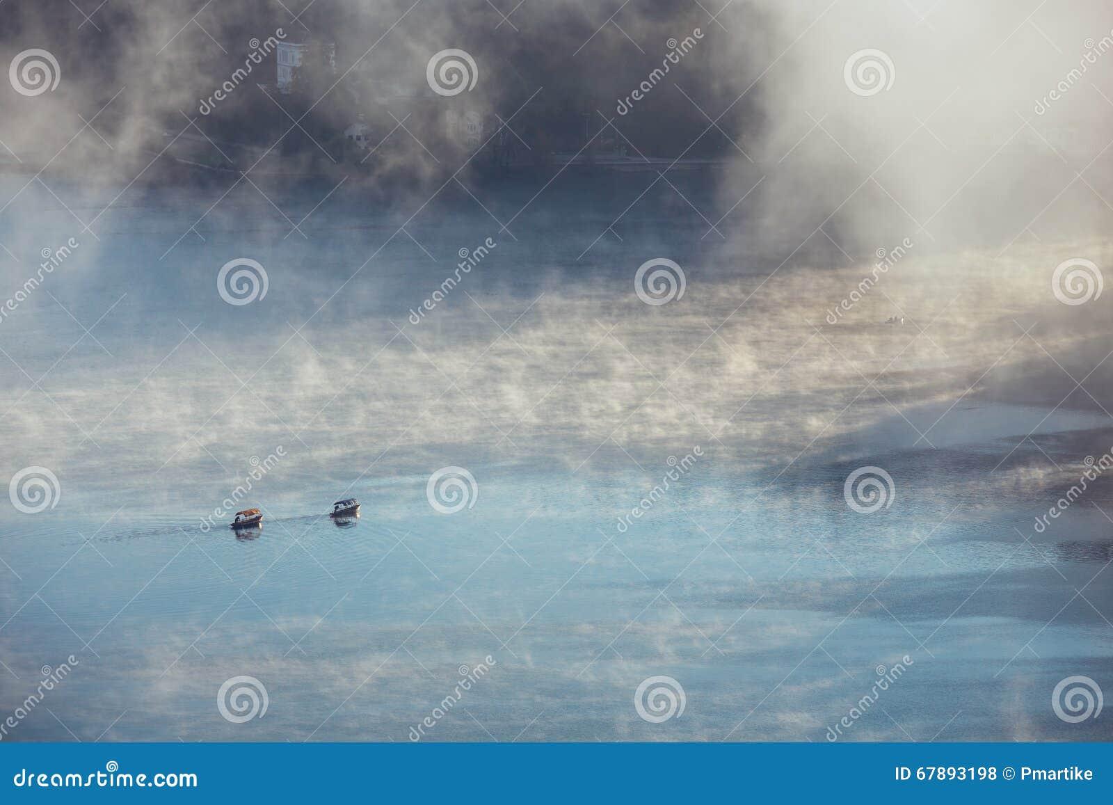 Tge传统木小船Pletna激动人心的景色在湖的流血