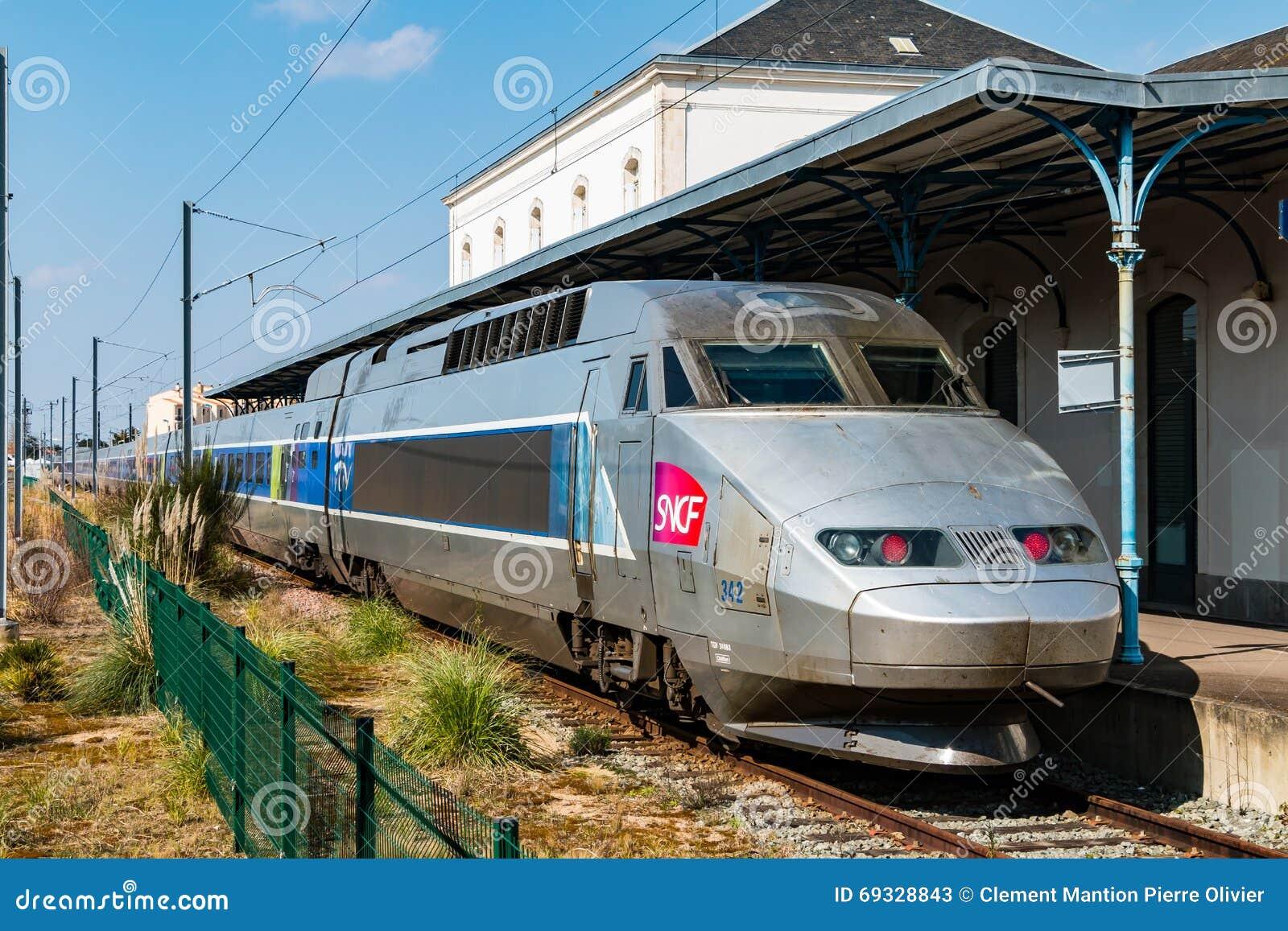 TGV francés a parar en una estación