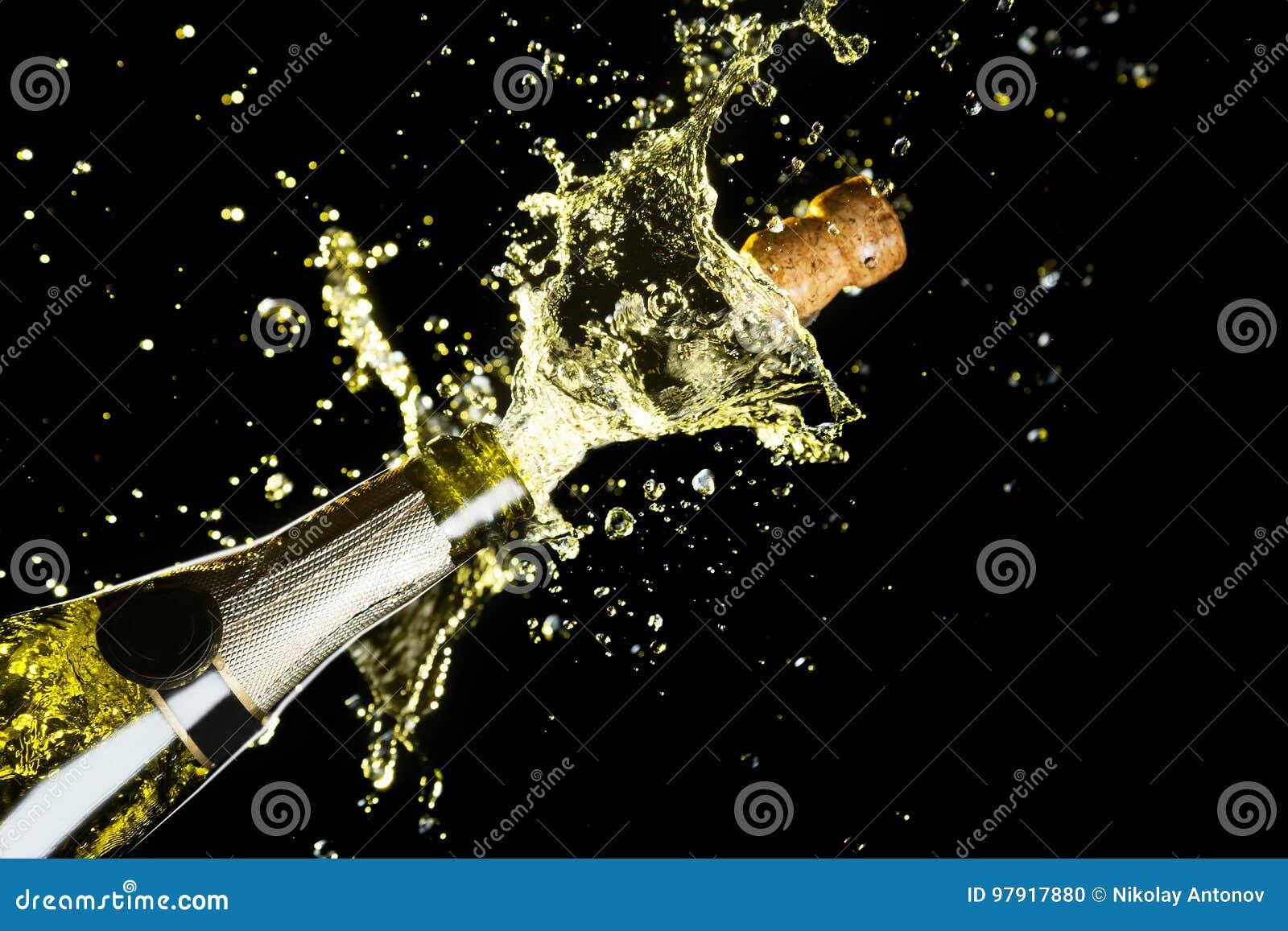 Thème de célébration avec l explosion d éclabousser le vin mousseux de champagne sur le fond noir