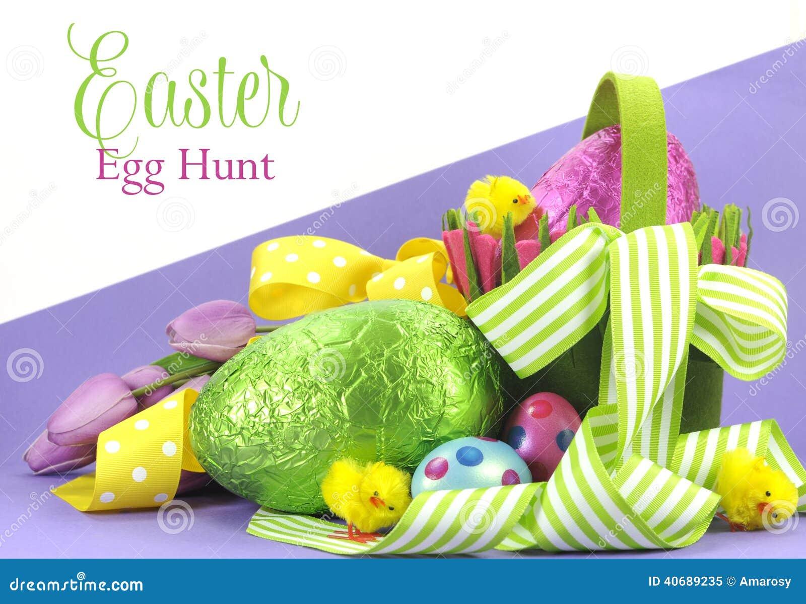 Thème lumineux heureux de chasse à oeuf de pâques de couleur de Pâques avec les rubans et le panier jaunes et verts des oeufs