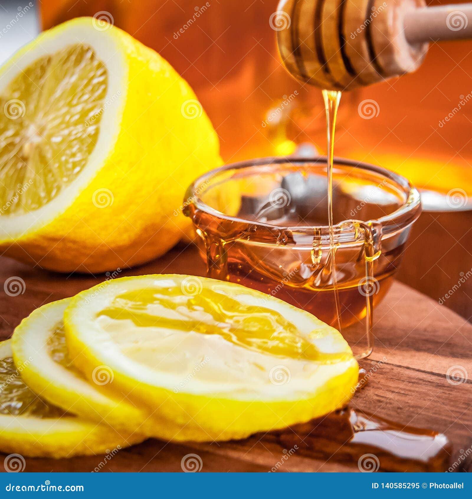 Thé chaud avec le citron et le miel naturel, le bon festin pour avoir des vitamines et l immunité forte