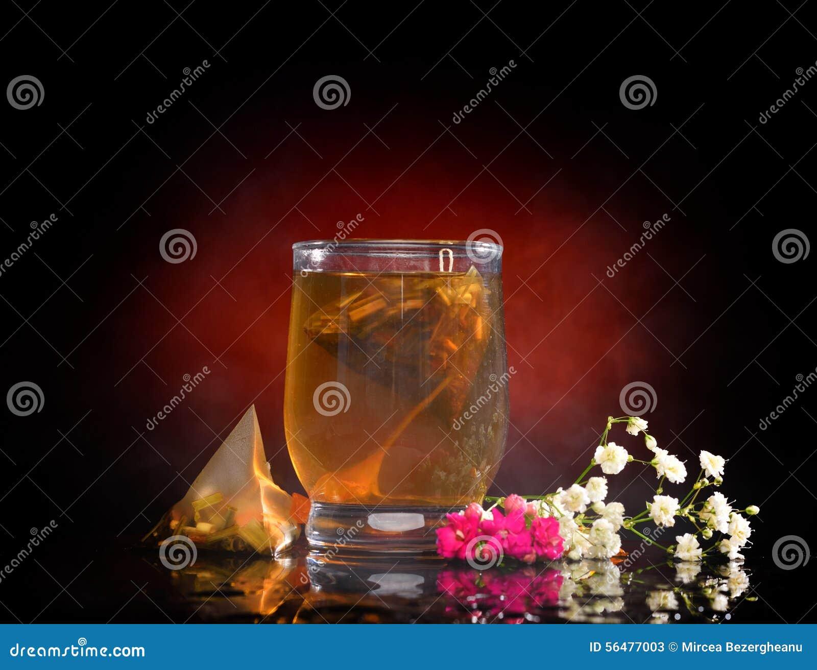 Thé chaud dans le verre