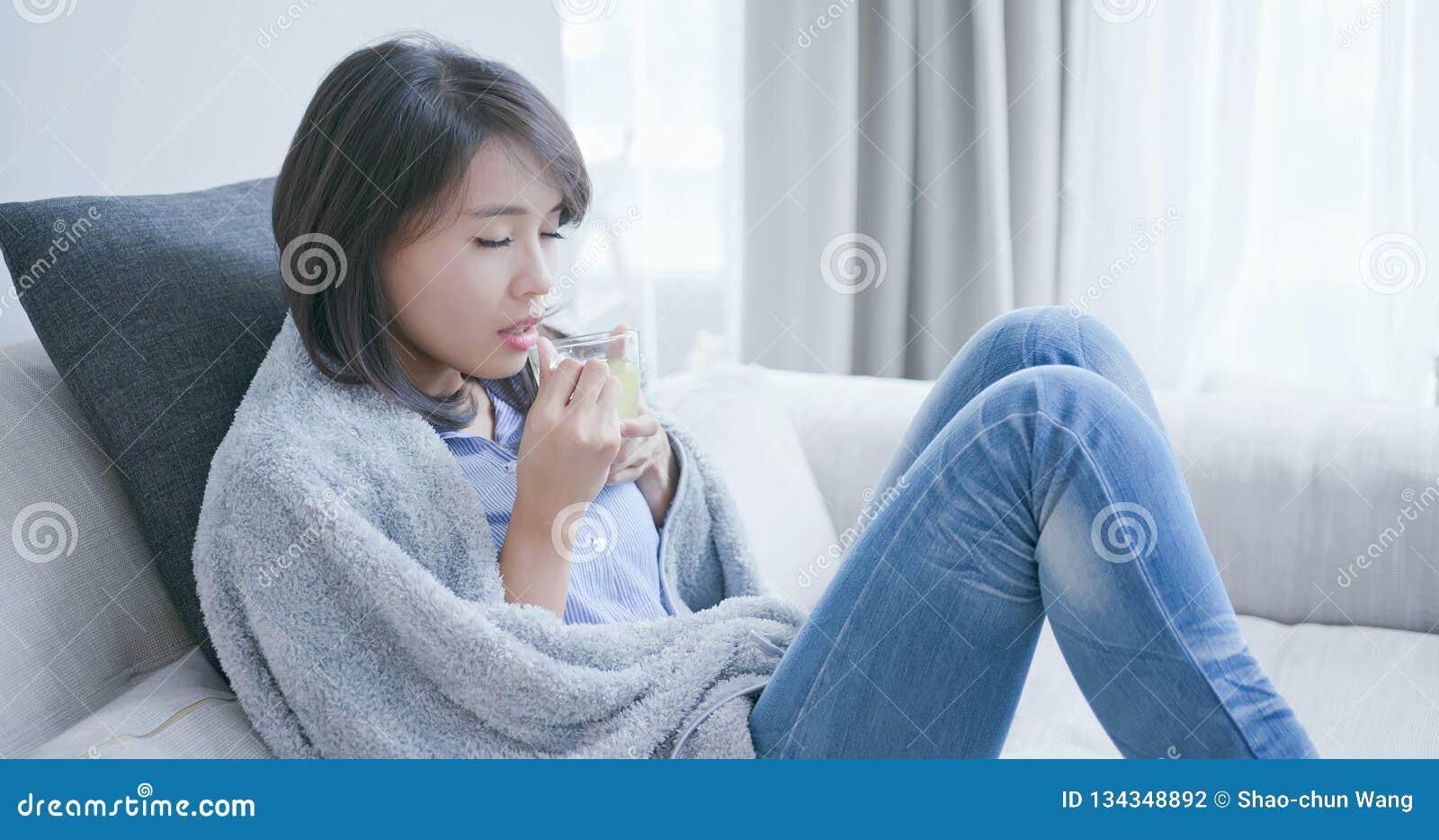 Thé chaud de boissons en difficulté de femme