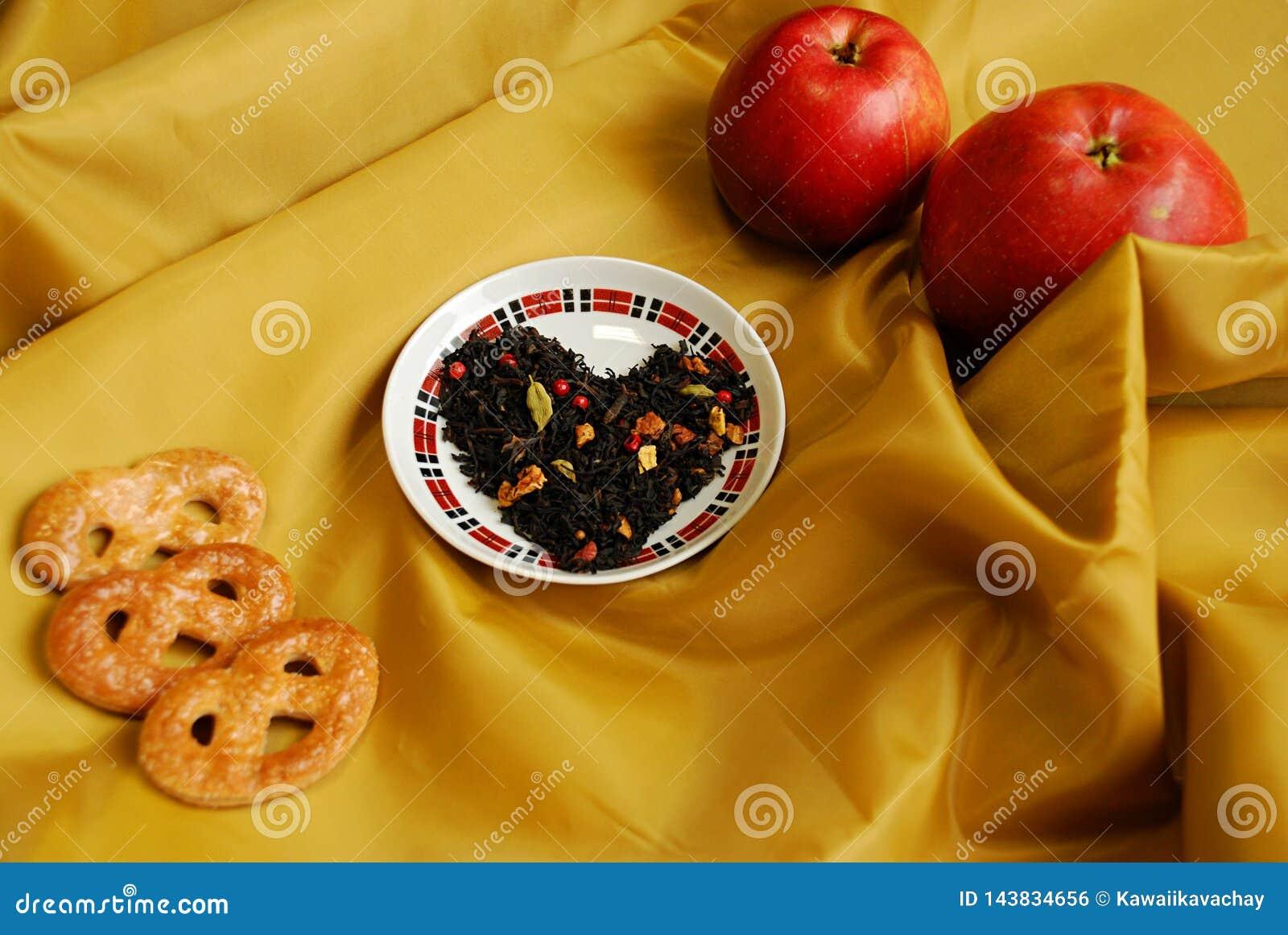 Thé chinois exotique avec des bourgeons d un clou de girofle, une coriandre, tranches de pommes, oranges, poivre rose