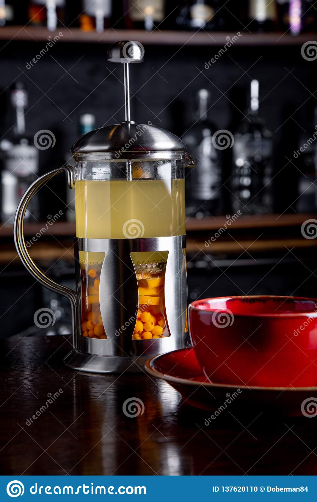 Thé d argousier dans la presse française sur un fond de barre au café