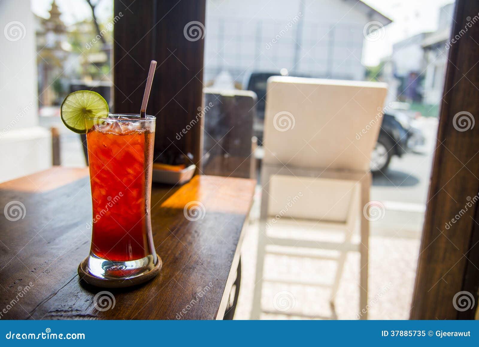 Thé de citron avec de la glace dans le cafe4