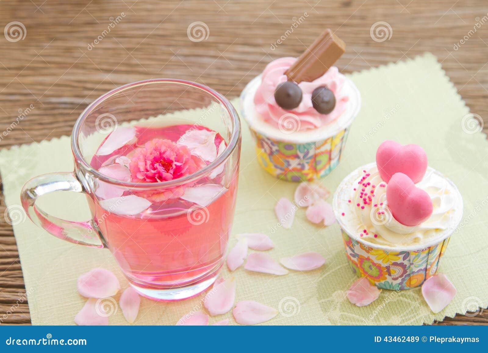 Thé De Rose Et Petit Gâteau De Bonbon Sur La Table Dans Le Jardin ...