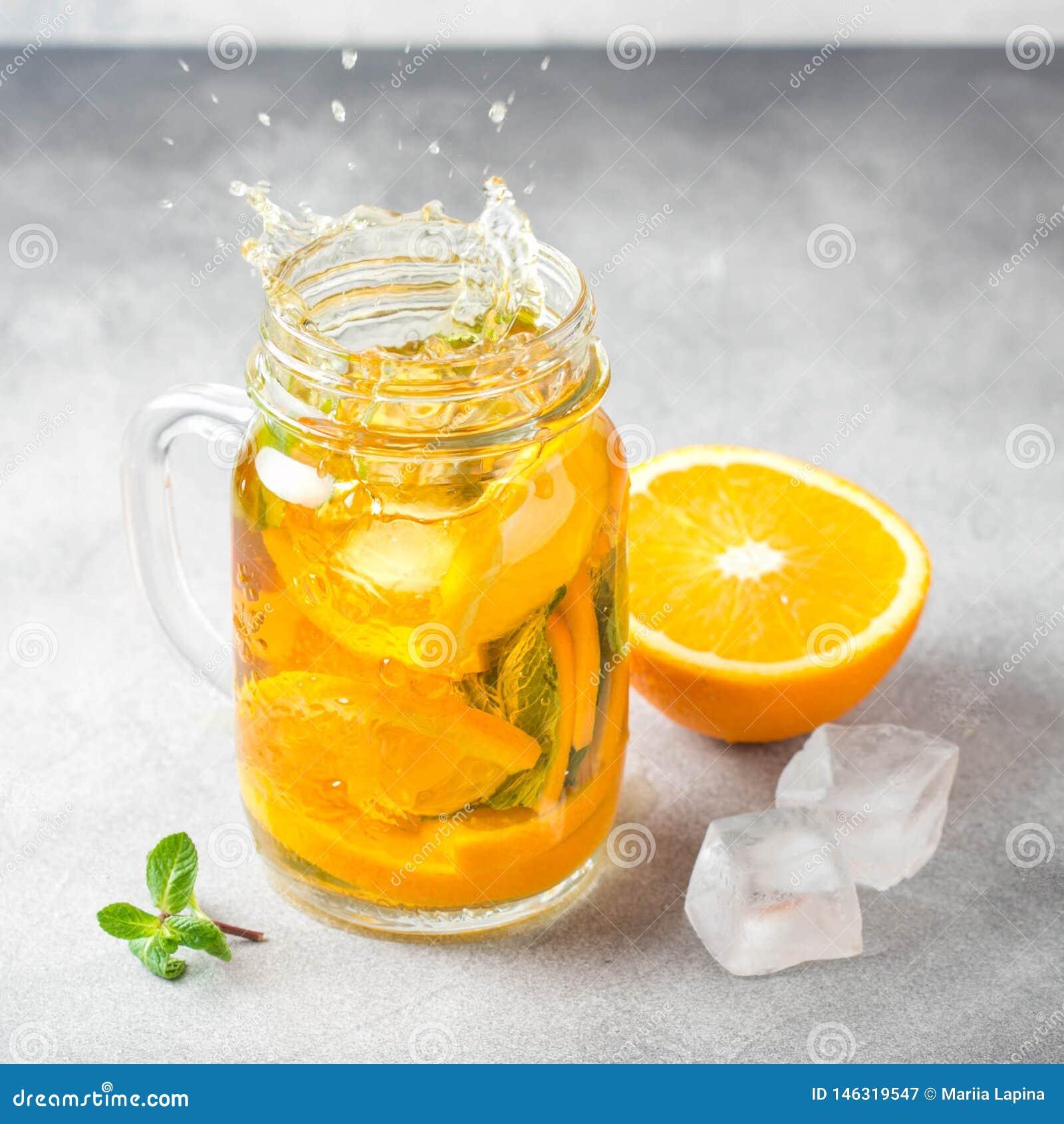 Thé froid avec l orange, la menthe et la glace, boisson douce, limonade régénératrice, cocktail juteux Jet, ?claboussure