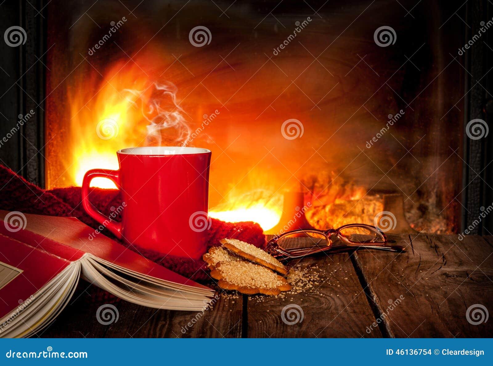Th ou caf chaud dans une tasse un livre et une chemin e rouges photo stock image 46136754 - Un ou une thermos ...