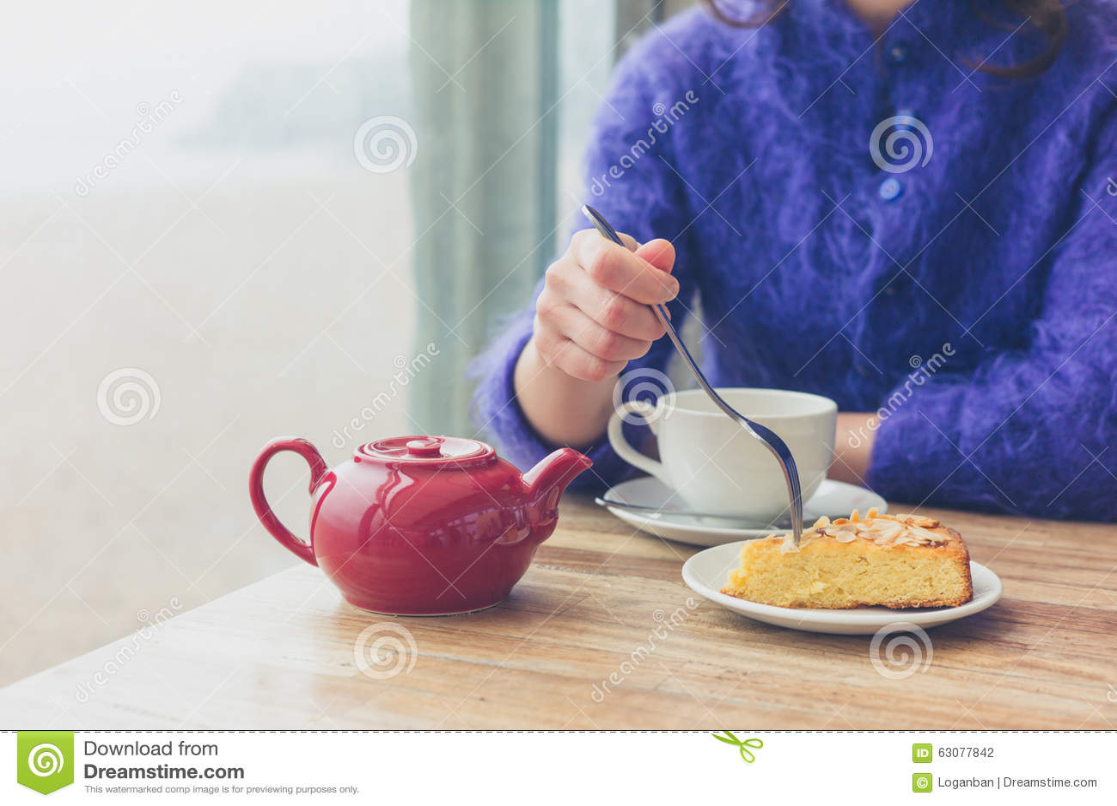 Download Thé Potable De Femme En Café Photo stock - Image du caucasien, jeune: 63077842
