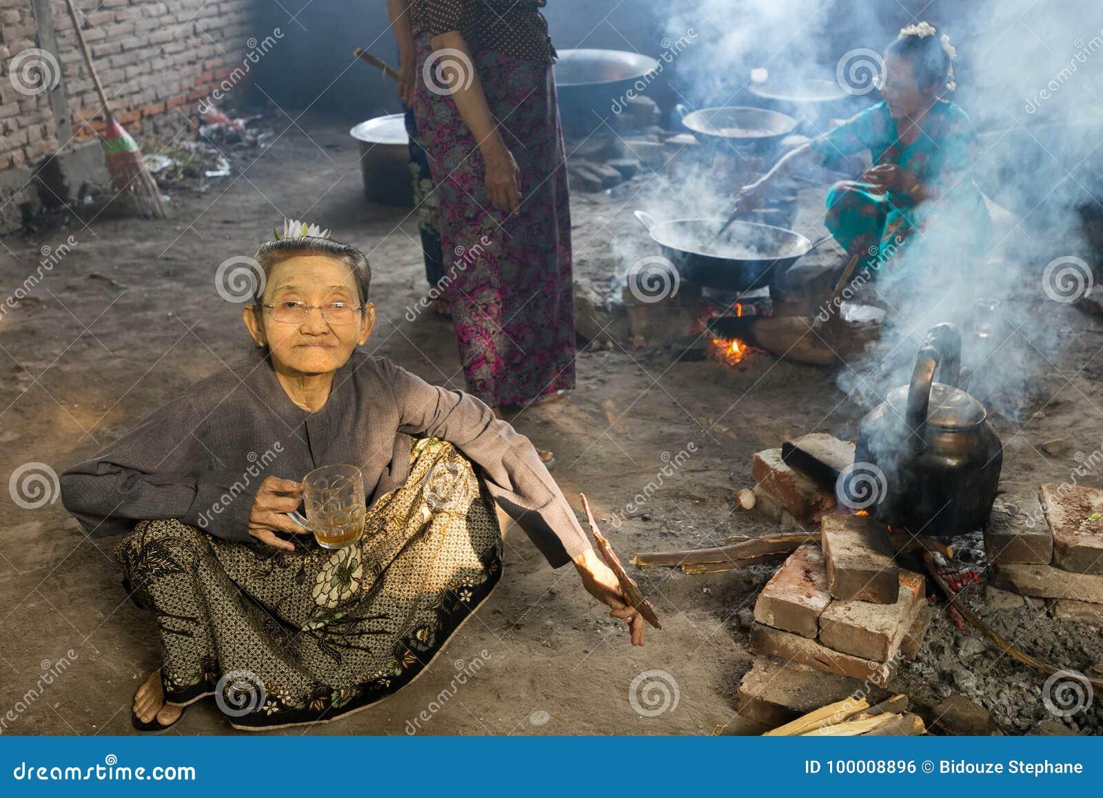 Thé potable de vieille dame birmanne