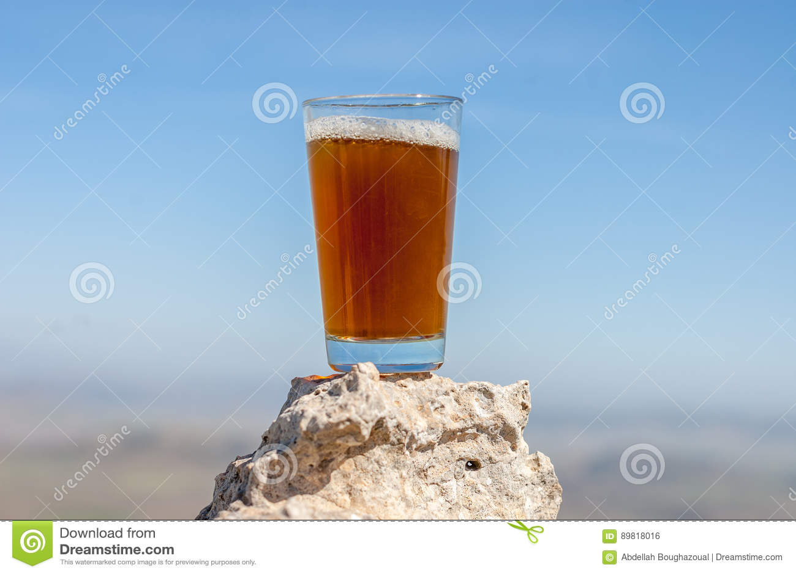 Thé traditionnel de berbers d isolement sur la roche