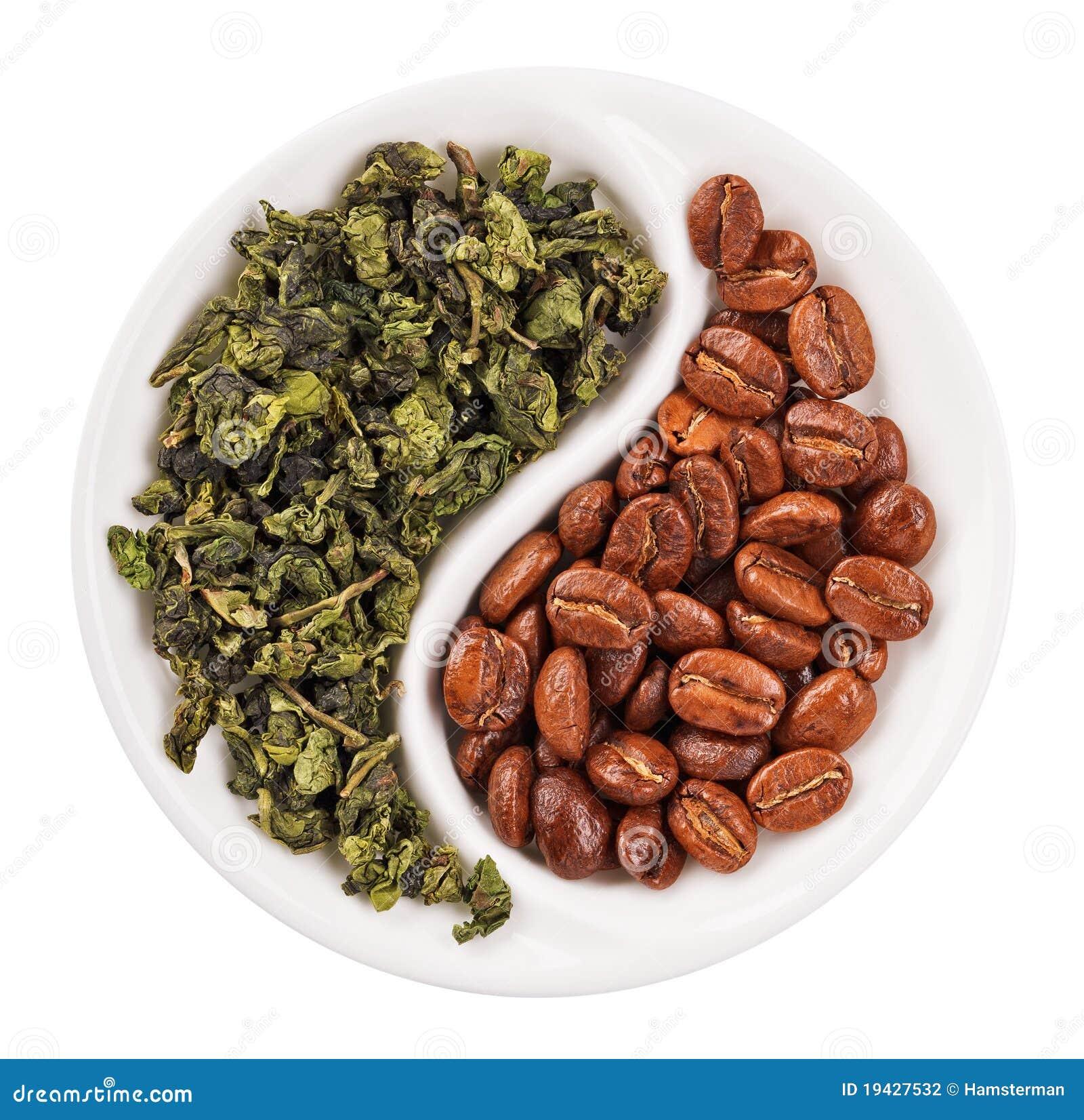 Thé vert de lame contre des grains de café dans Yin Yang