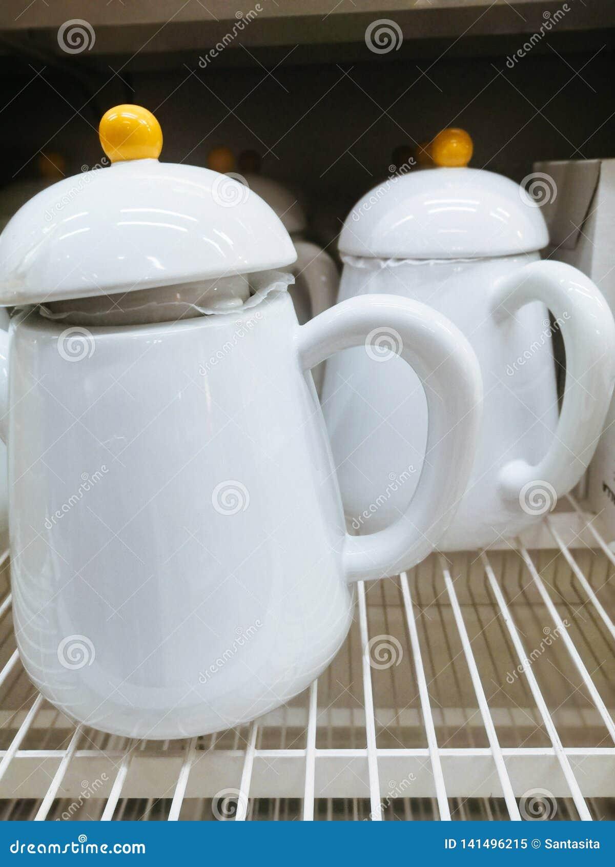 Théières en verre en céramique blanches avec la poignée jaune de bouton sur le couvercle pour le thé