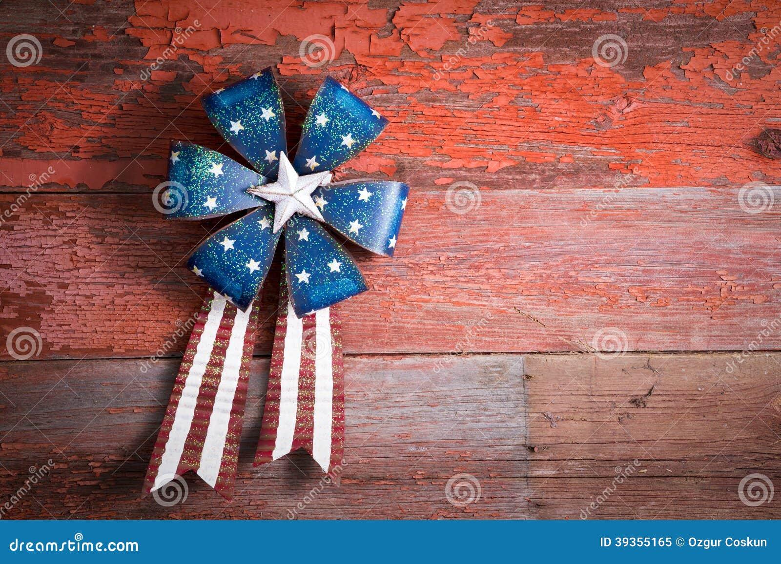 4th Juli patriotiskt emblem på lantligt trä