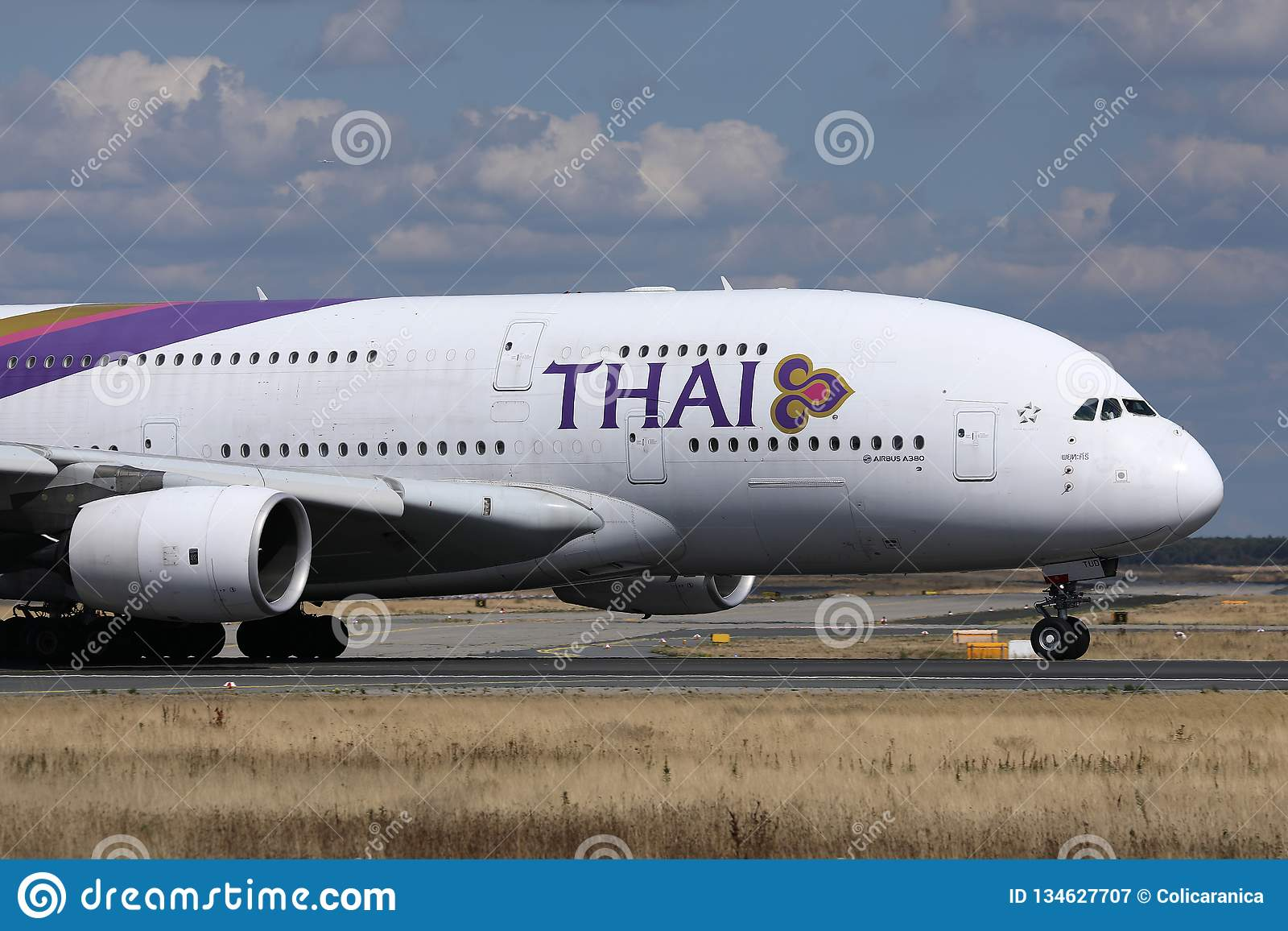 Thai Airways International che rulla nell aeroporto di Monaco di Baviera, MUC