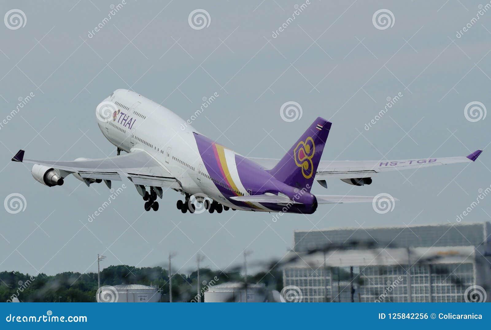 Thai Airways International duży ptak bierze daleko od lotniska