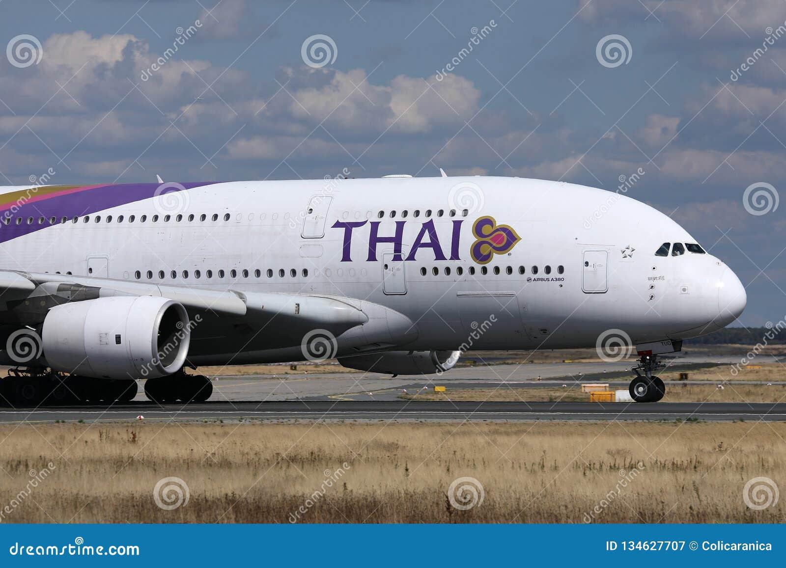 Thai Airways International que lleva en taxi en el aeropuerto de Munich, MUC