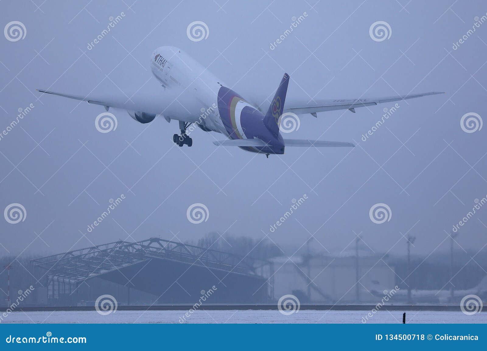 Thai Airways International samolotu latanie w w górę nieba