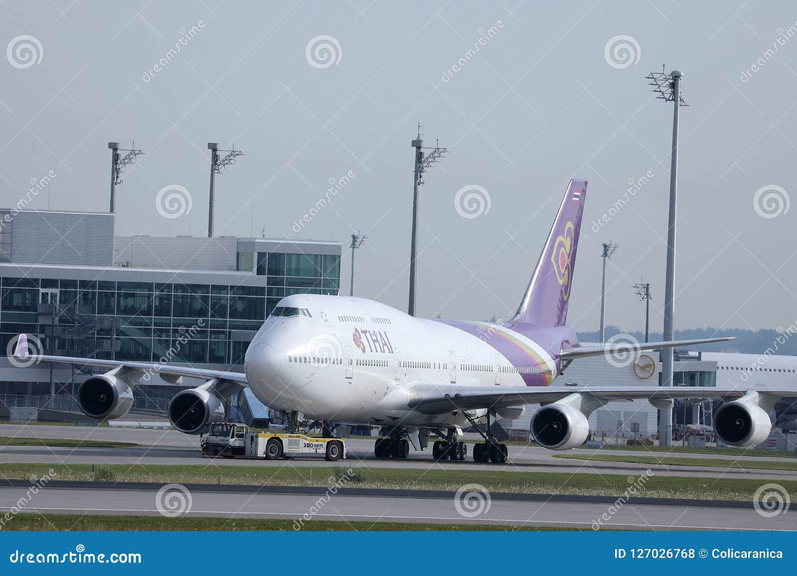 Thai Airways que lleva en taxi en el aeropuerto de Munich, MUC, vista delantera