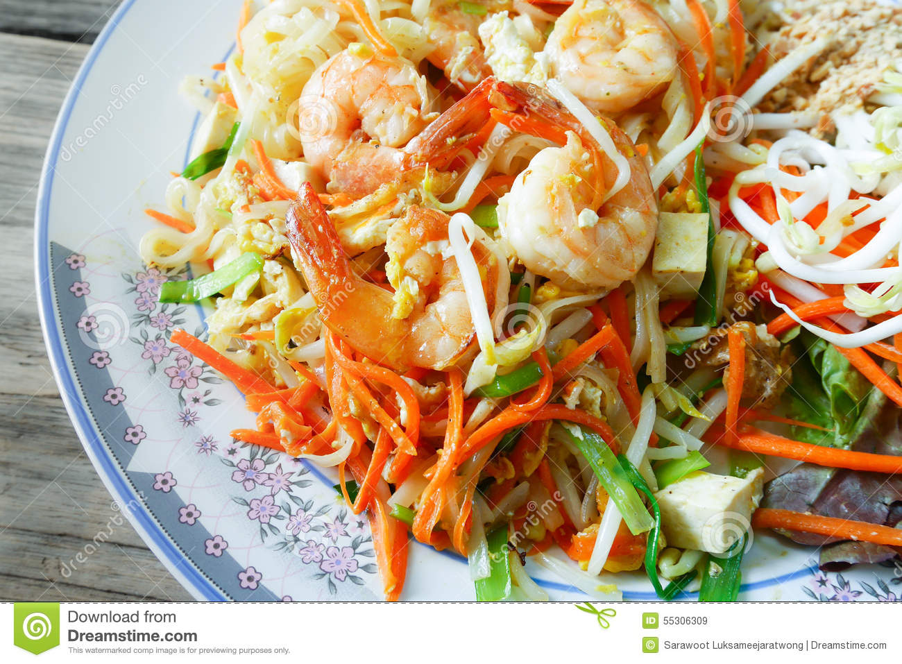 Thai fried noodles delicious rice noodles with shrimp for Asia oriental cuisine