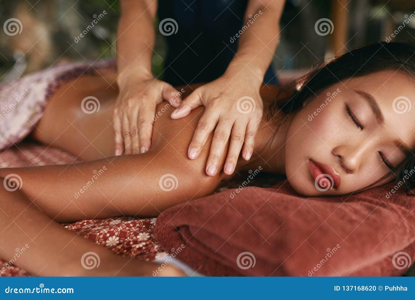 Thai massage Kvinna som har avkopplingbaksidamassage på den Spa salongen