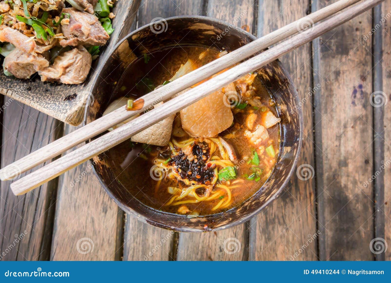 Download Thailändische Art Der Würzigen Suppe Der Schweinefleischnudel, Tom Yum Stockfoto - Bild von nudel, pfeffer: 49410244