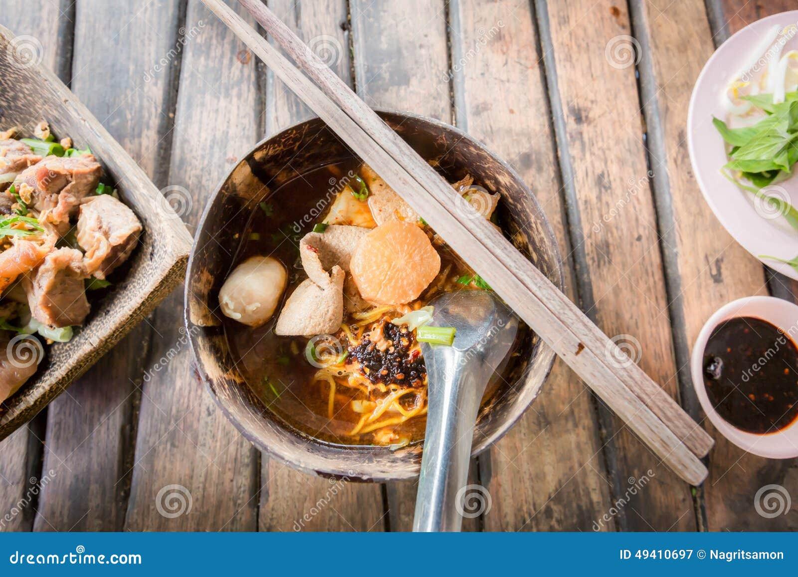 Download Thailändische Art Der Würzigen Suppe Der Schweinefleischnudel, Tom Yum Stockbild - Bild von frisch, teller: 49410697