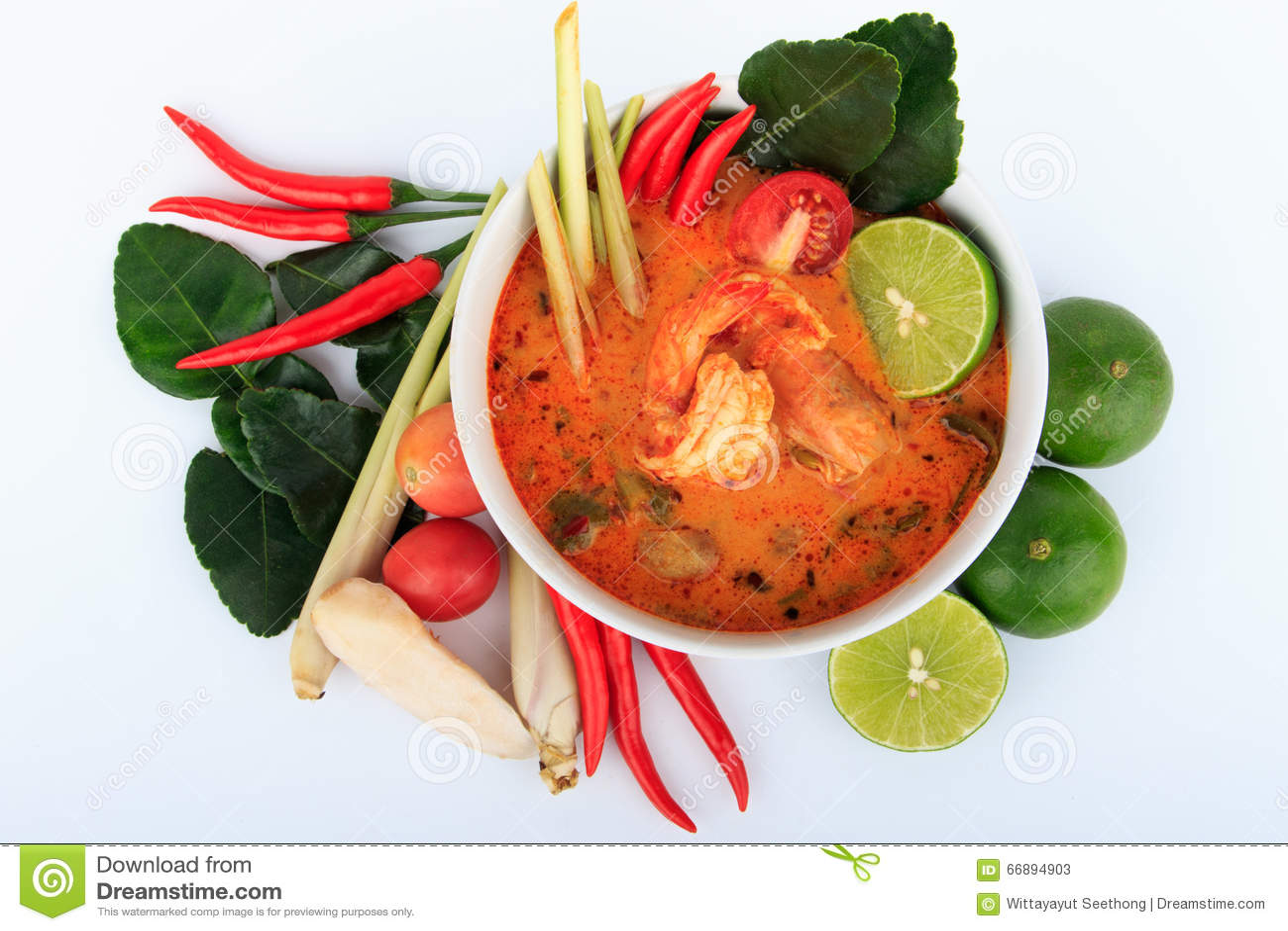Thailändische Garnelen-Suppe mit Lemongras (Tom Yum Goong) auf weißem Hintergrund